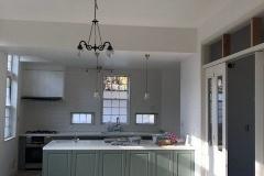 キッチンは光溢れるコンサーバトリー内に設置。