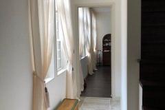 玄関ホールから明るい光のコリドーを通ってリビングとダイニングへ。