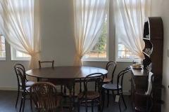 お庭の見渡せる窓辺にダイニングテーブルが配置。こちらでお茶をしたらお話が弾みそうですね。
